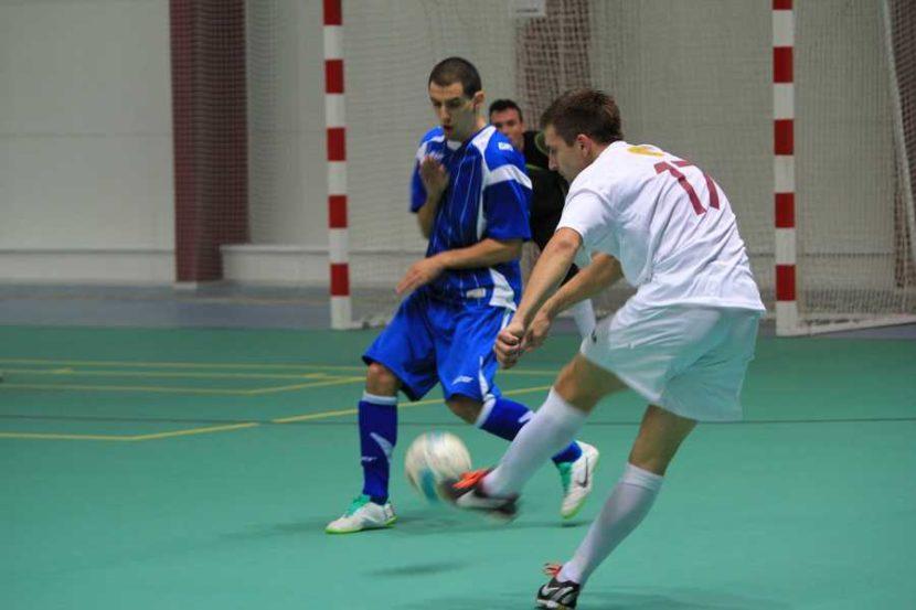Verteidiger versucht Futsal Ball abzuwehren